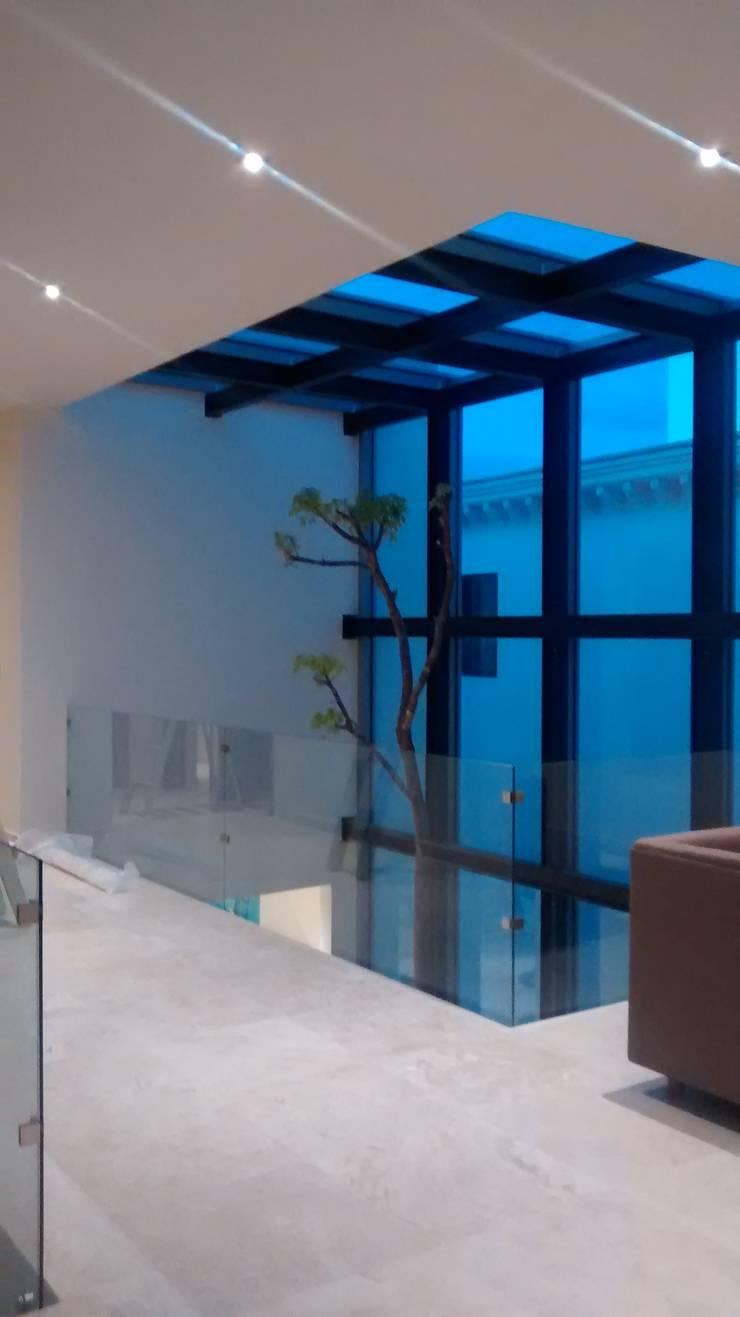 Puente de Acceso a Habitaciones: Pasillos y recibidores de estilo  por Vortex Arquitectos