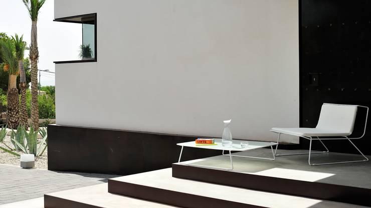 OI SIDE: Balcones y terrazas de estilo  por ELEMENTO 3 / SAFRETTI/ HORUS/ ALPHENBERG/ JESS/ OI SIDE /ARKIT