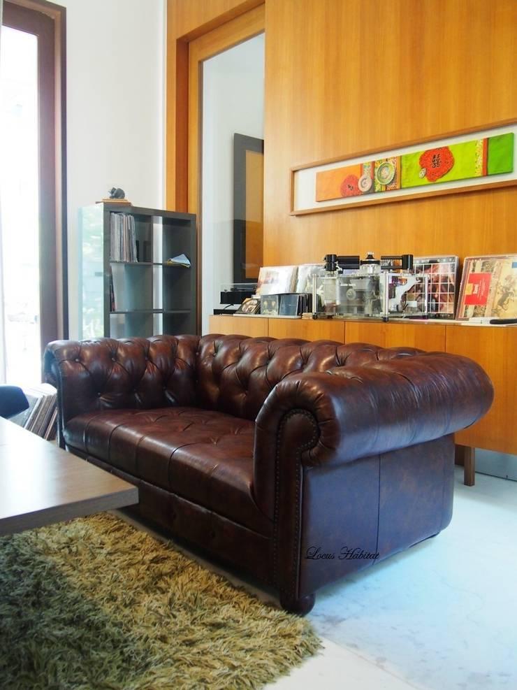 Chesterfield Sofa from Locus Habitat:  Living room by Locus Habitat
