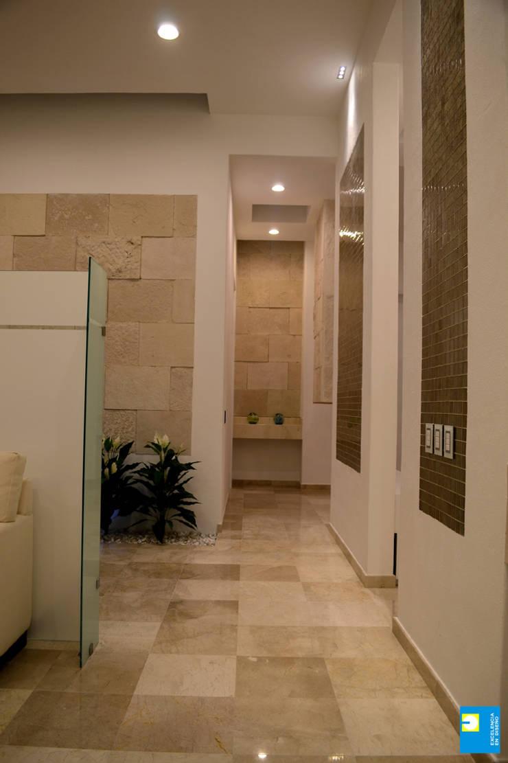 pasillos: Pasillos y recibidores de estilo  por Excelencia en Diseño