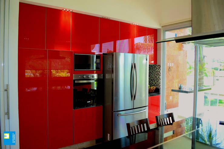 la cocina.: Cocinas de estilo  por Excelencia en Diseño
