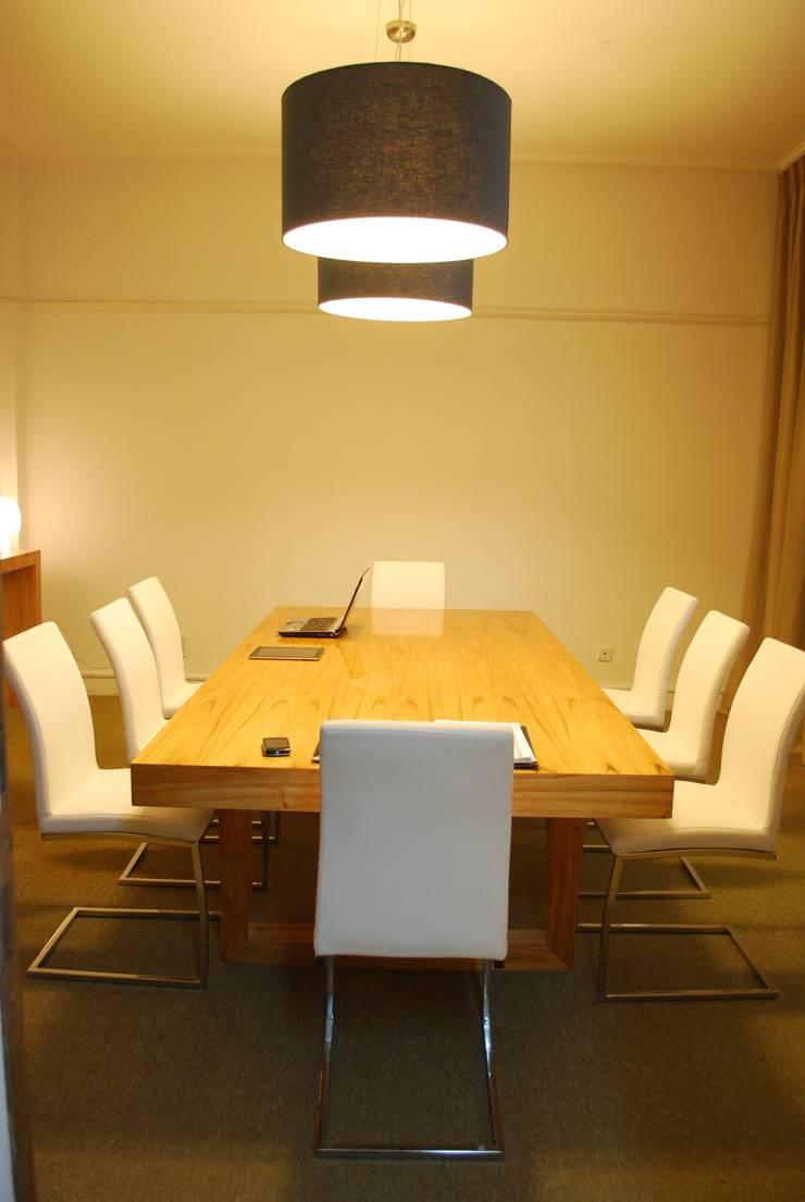 Mesa de reunion: Hogar de estilo  por Muebles muc.