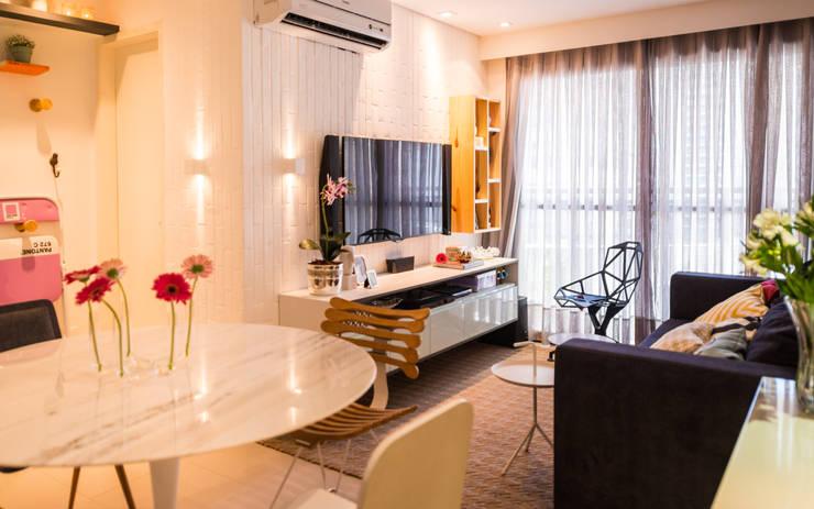 Ed. Colibri: Sala de estar  por Bloom Arquitetura e Design
