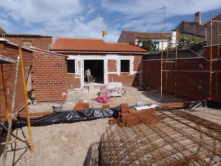 VIVIENDA UNIFAMILIAR  NUEVA EN ALCAÑIZO: Casas de estilo  de TU REFORMA EN MADRID