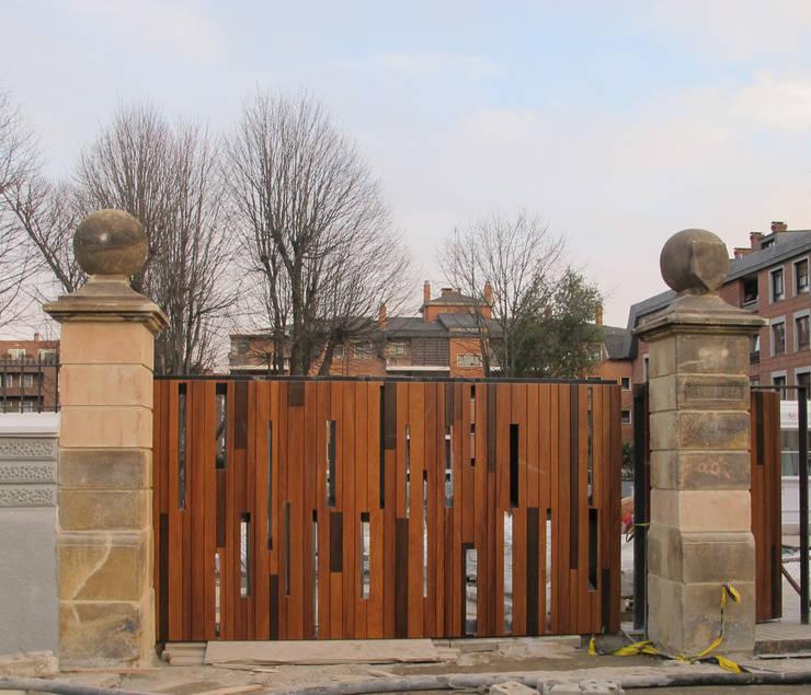 Puerta de acceso:  de estilo  de G&C ARQUITECTOS
