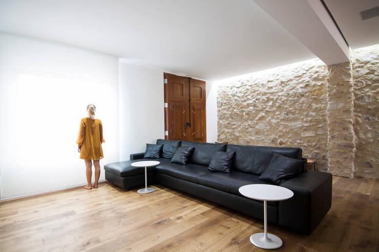 Casa en Quesa: Salones de estilo  de Balzar Arquitectos