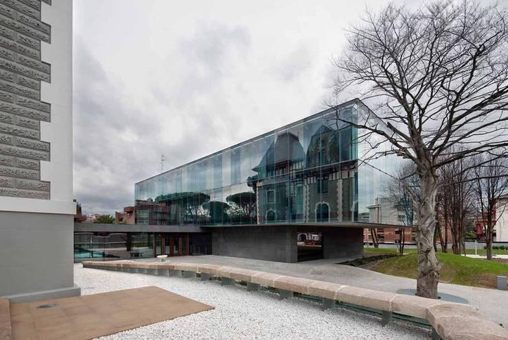 Vista nuevo edificio oficinas:  de estilo  de G&C ARQUITECTOS