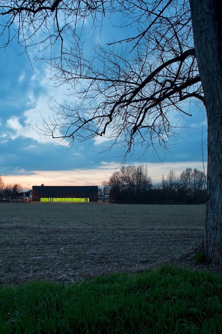 temporary school gymnasium: Scuole in stile  di Didonè Comacchio Architects,