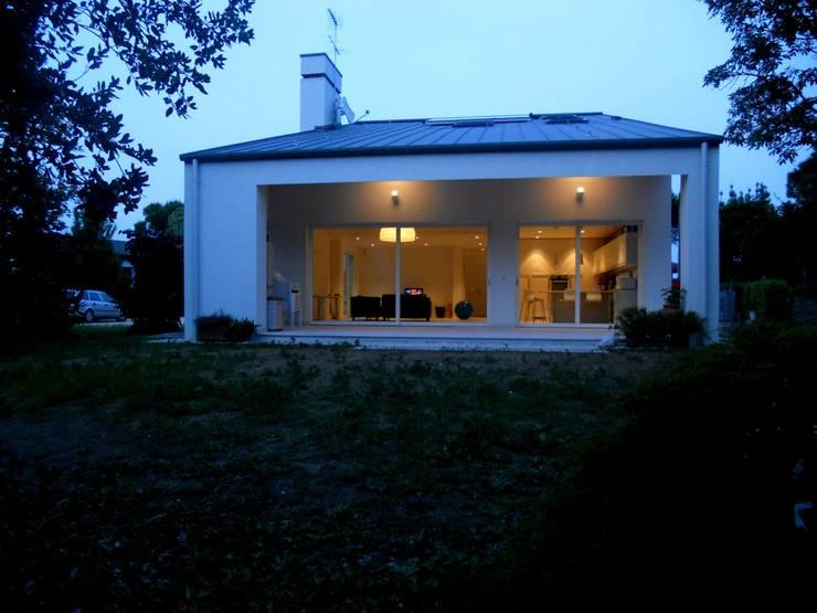 Casas de estilo moderno de VALERI.ZOIA Architetti Associati