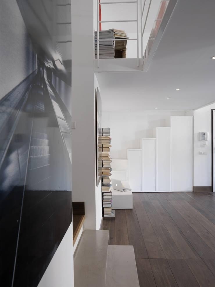 CASA AL GIANICOLO: Soggiorno in stile  di na3 - studio di architettura