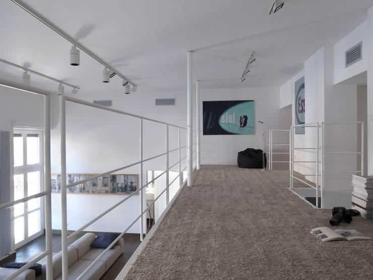 CASA AL GIANICOLO: Sala multimediale in stile  di na3 - studio di architettura