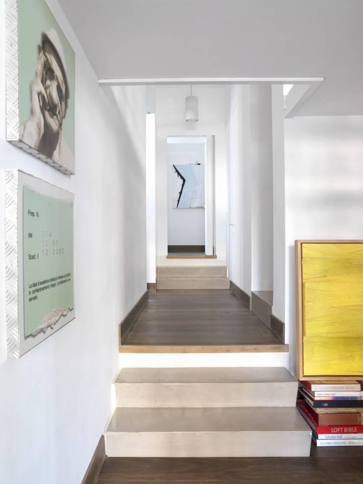 CASA AL GIANICOLO: Ingresso & Corridoio in stile  di na3 - studio di architettura