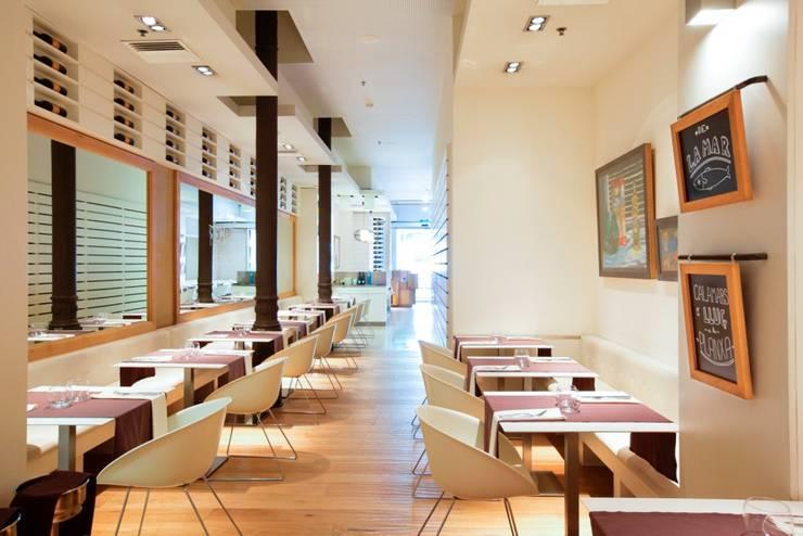 RESTAURANTE LA BOTIGA: Locales gastronómicos de estilo  de Piedra Papel Tijera Interiorismo