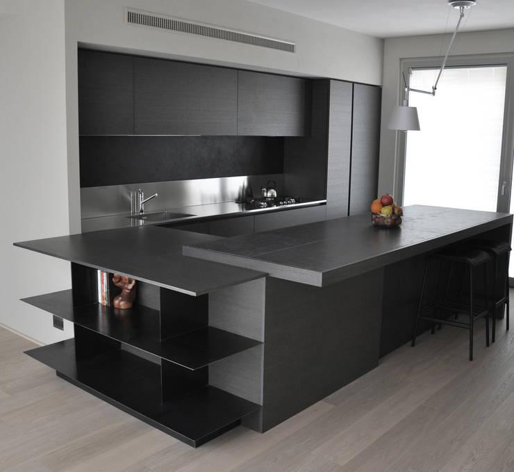 casa ELE: Cucina in stile in stile Moderno di PAOLO CAPRIGLIONE ARCHITETTO