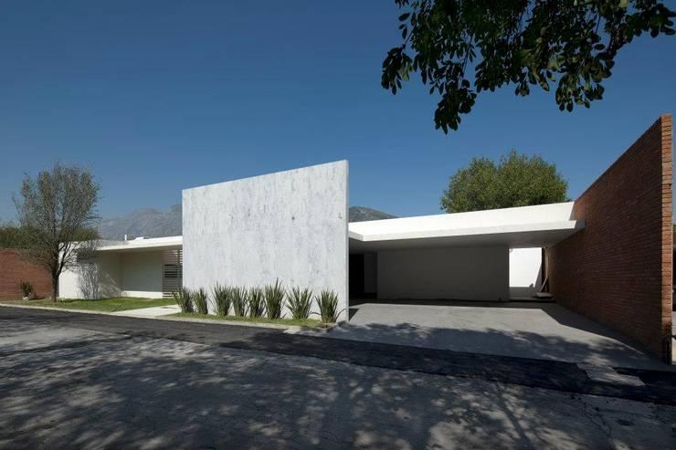 CASA CG: Casas de estilo  por Landa Suberville