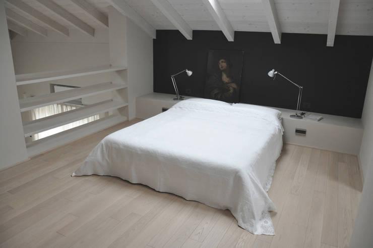 casa ELE: Camera da letto in stile in stile Moderno di PAOLO CAPRIGLIONE ARCHITETTO
