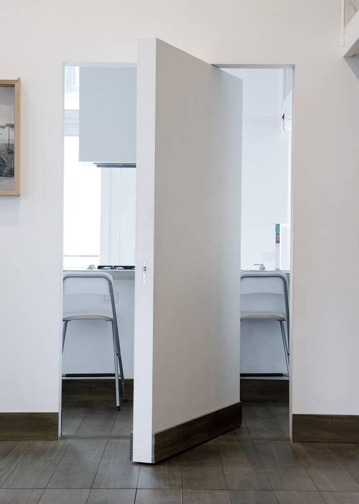 CASA AL GIANICOLO: Cucina in stile  di na3 - studio di architettura