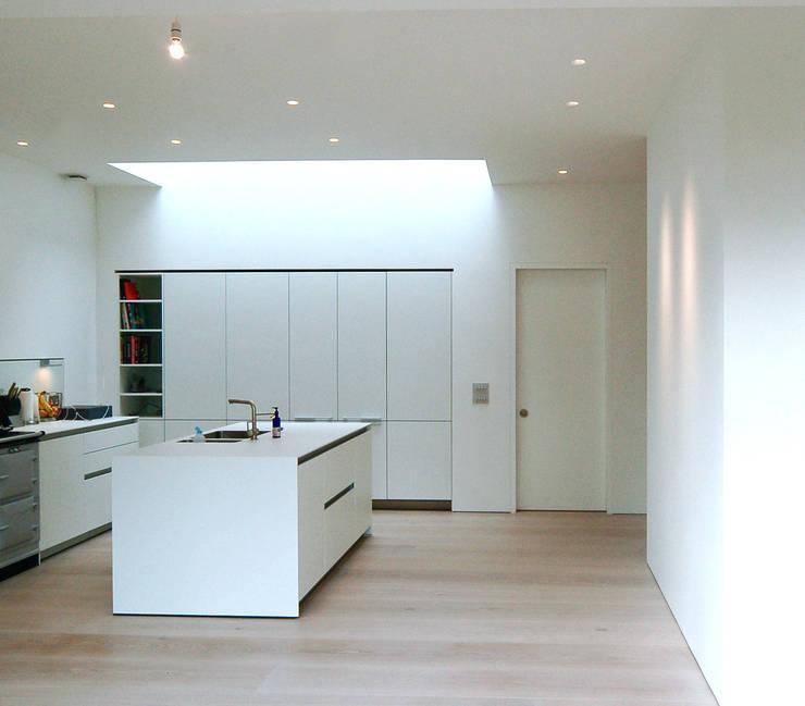Aberdeen Park, Highbury:  Kitchen by Emmett Russell Architects
