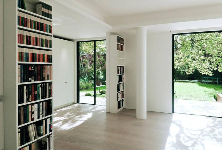 Aberdeen Park, Highbury:  Living room by Emmett Russell Architects
