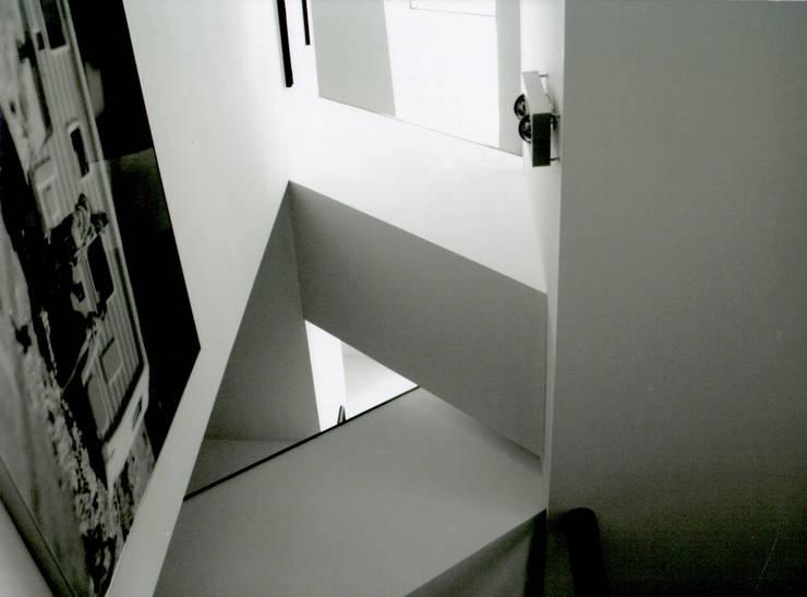 Corridor & hallway by IOX Architekten GmbH, Modern