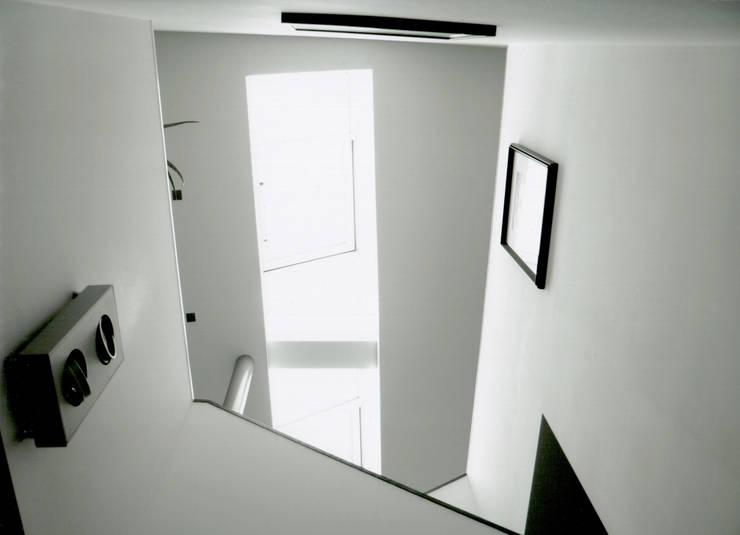 Koridor & Tangga Modern Oleh IOX Architekten GmbH Modern