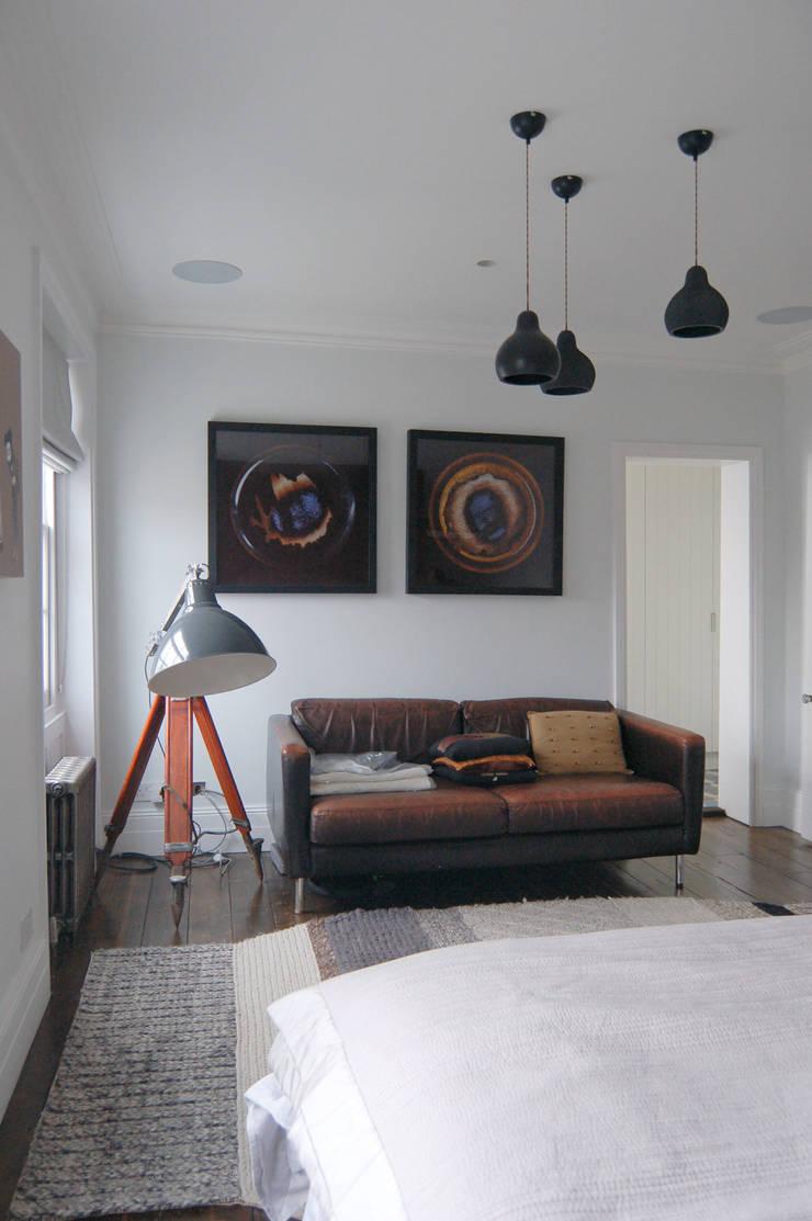 Mortimer Road, De Beauvoir:  Bedroom by Emmett Russell Architects