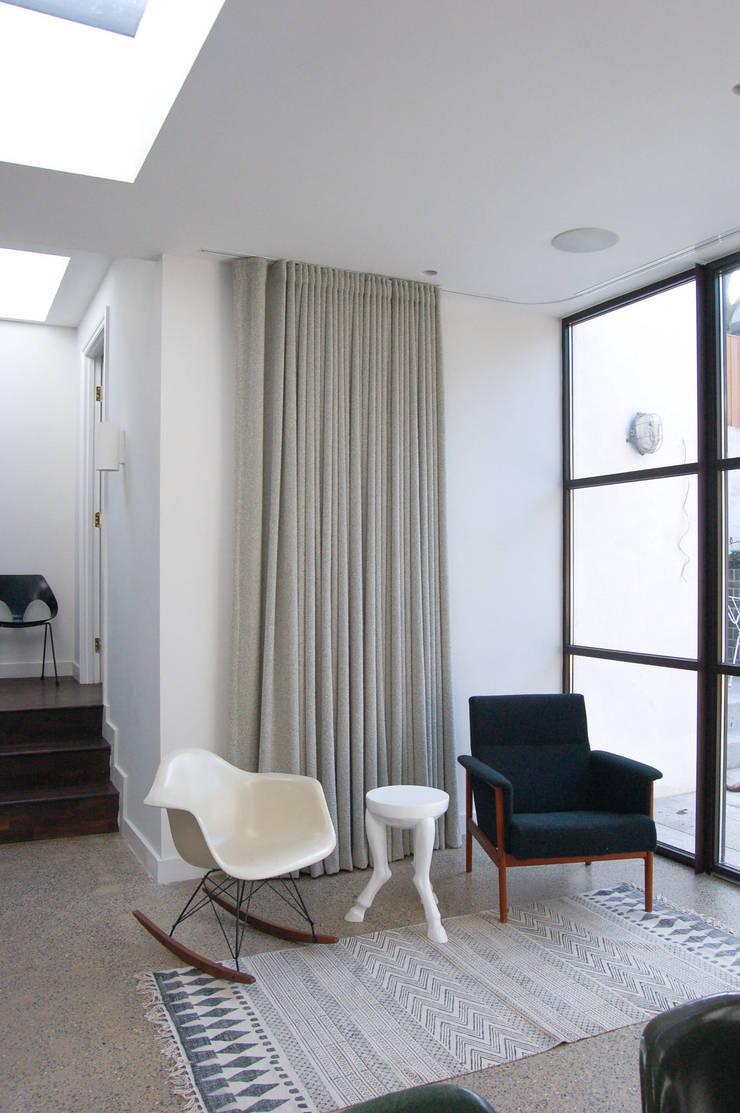 Mortimer Road, De Beauvoir:  Living room by Emmett Russell Architects