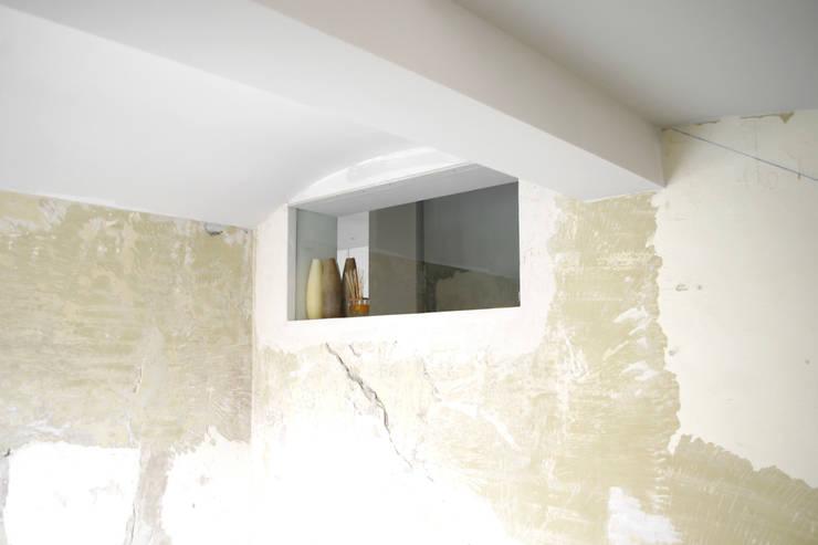 Loft G: Pareti in stile  di Pinoni + Lazzarini , Minimalista