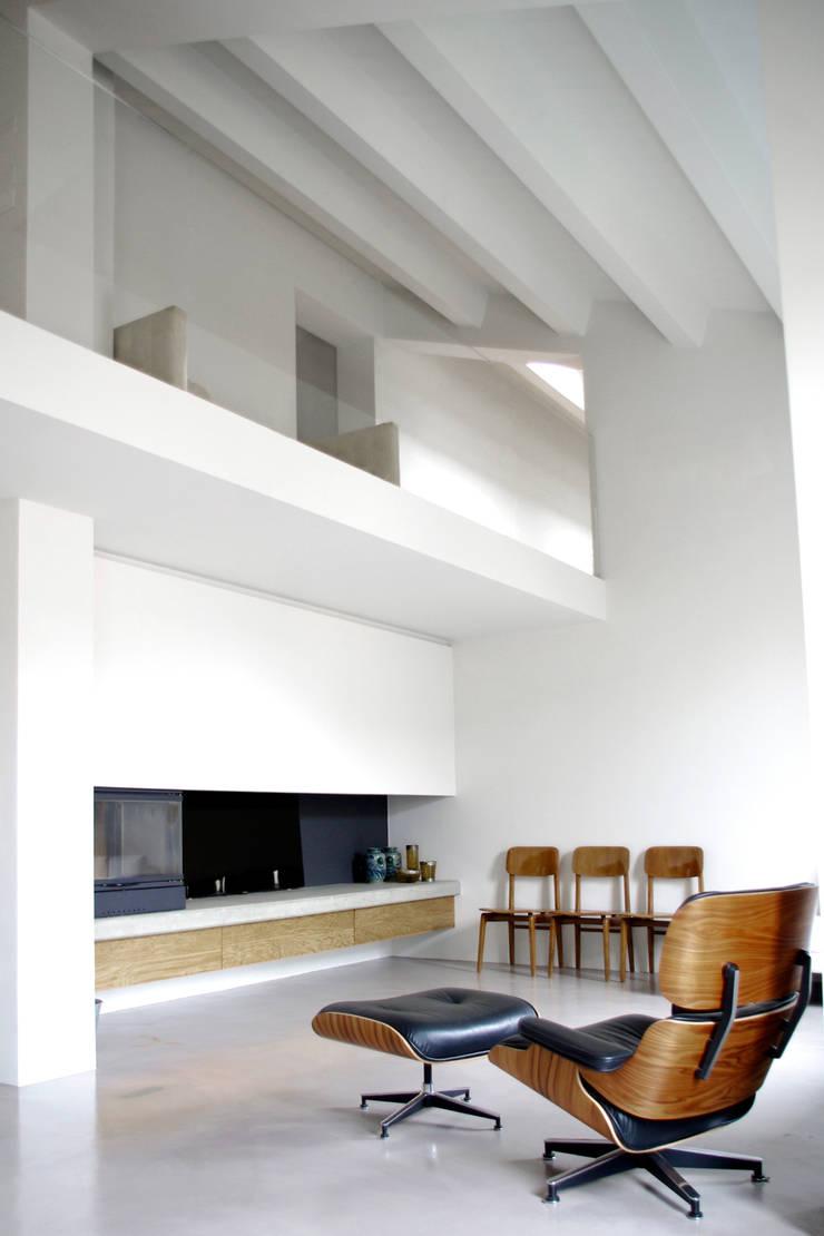 Loft G: Soggiorno in stile  di Pinoni + Lazzarini , Minimalista