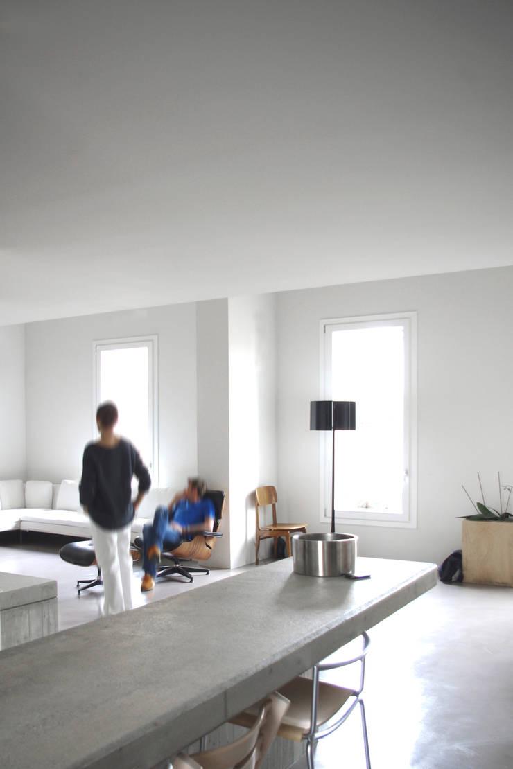 Loft G: Sala da pranzo in stile  di Pinoni + Lazzarini , Minimalista