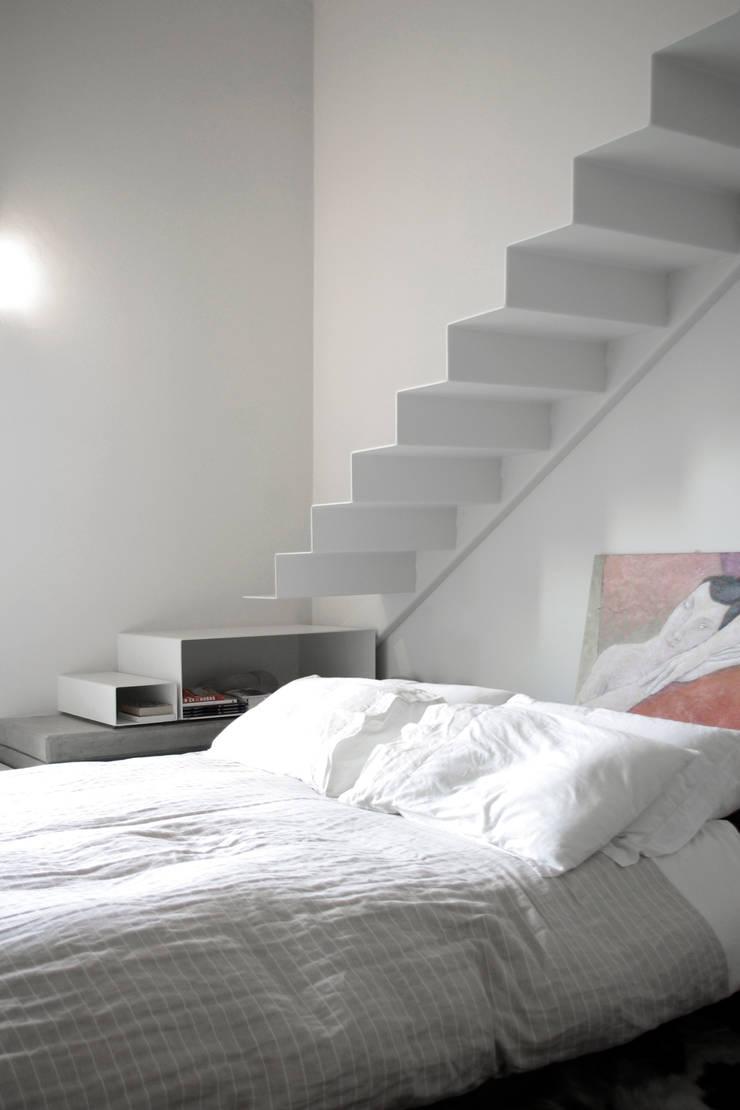 Loft G: Camera da letto in stile  di Pinoni + Lazzarini , Minimalista