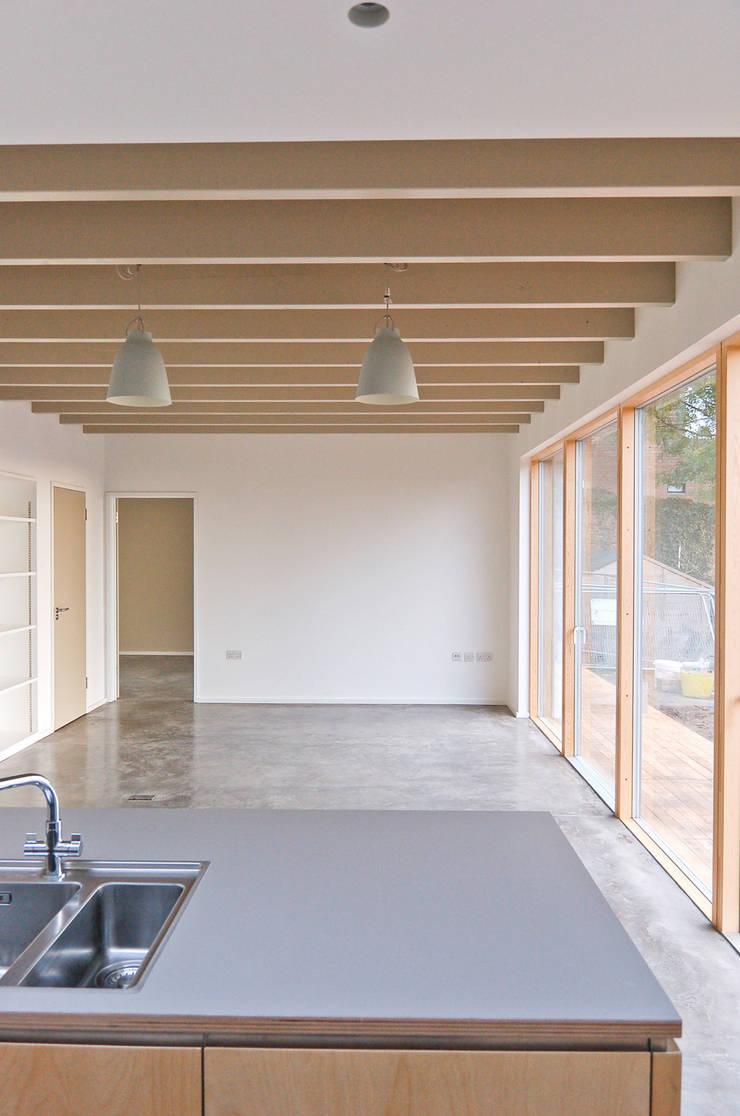 Rose House, Kingsdown:  Living room by Emmett Russell Architects