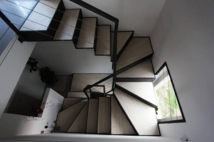 Them Crooked House:  in stile  di BDO-3.0   BuildingDesignOffice TrePuntoZero, Moderno
