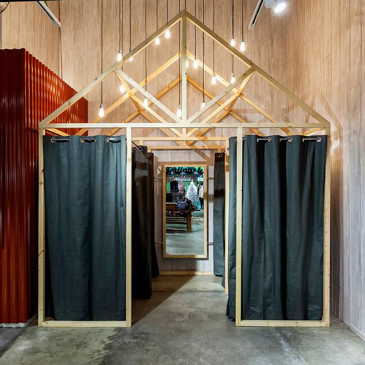 PHILPARK BADALONA: Oficinas y Tiendas de estilo  de Piedra Papel Tijera Interiorismo