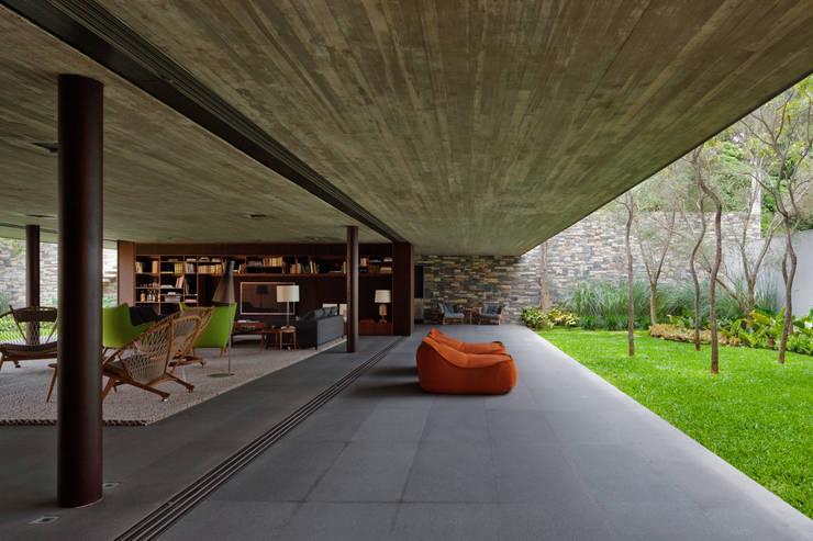 V4 House: Casas  por Studio MK27