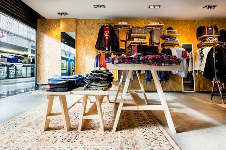 PHILPARK BARICENTRO : Oficinas y Tiendas de estilo  de Piedra Papel Tijera Interiorismo