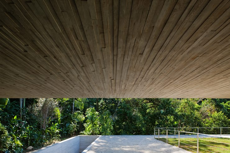 Paraty House: Jardins  por Studio MK27