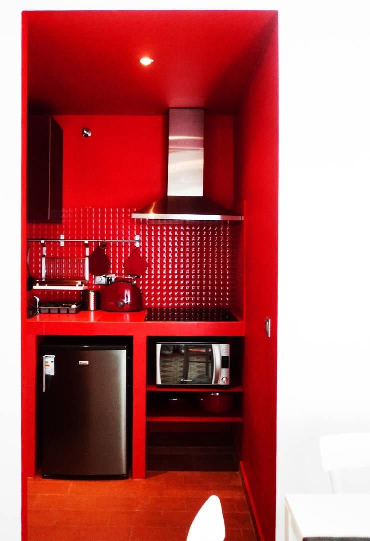 The Red 2 at Barceloneta: Case in stile  di Castillo|martinez, Mediterraneo