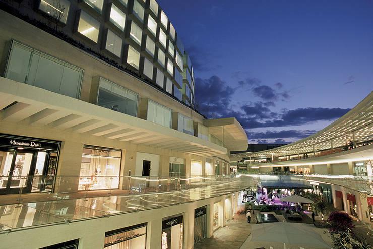 Antara: Oficinas y Tiendas de estilo  de Sordo Madaleno Arquitectos