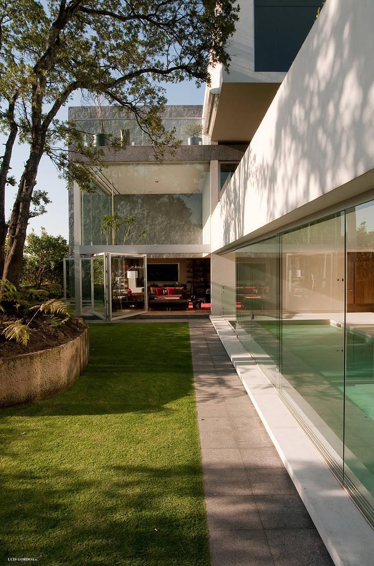 Casa Vistahermosa:  de estilo  de Sordo Madaleno Arquitectos