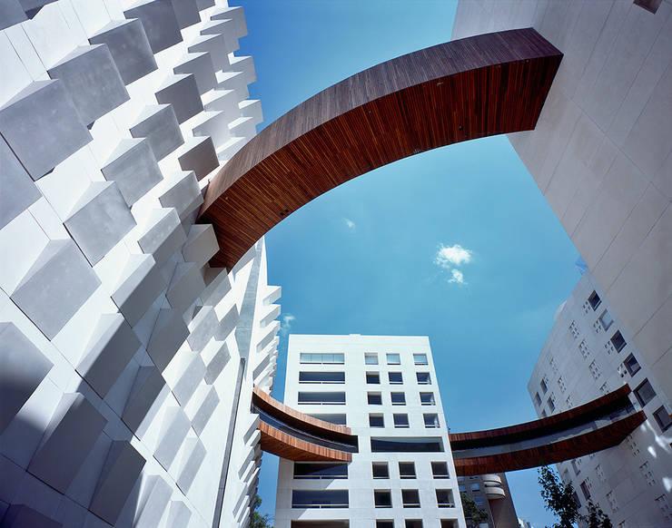 Arbolada Lomas:  de estilo  de Sordo Madaleno Arquitectos