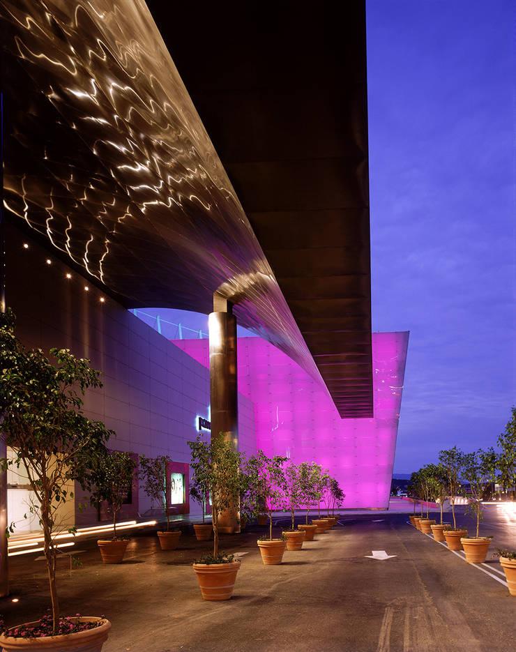 Centro Comercial Paseo San Pedro:  de estilo  de Sordo Madaleno Arquitectos