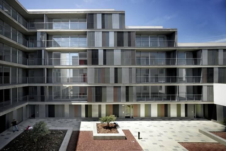 Fachada sur: Casas de estilo  de gabriel verd arquitectos
