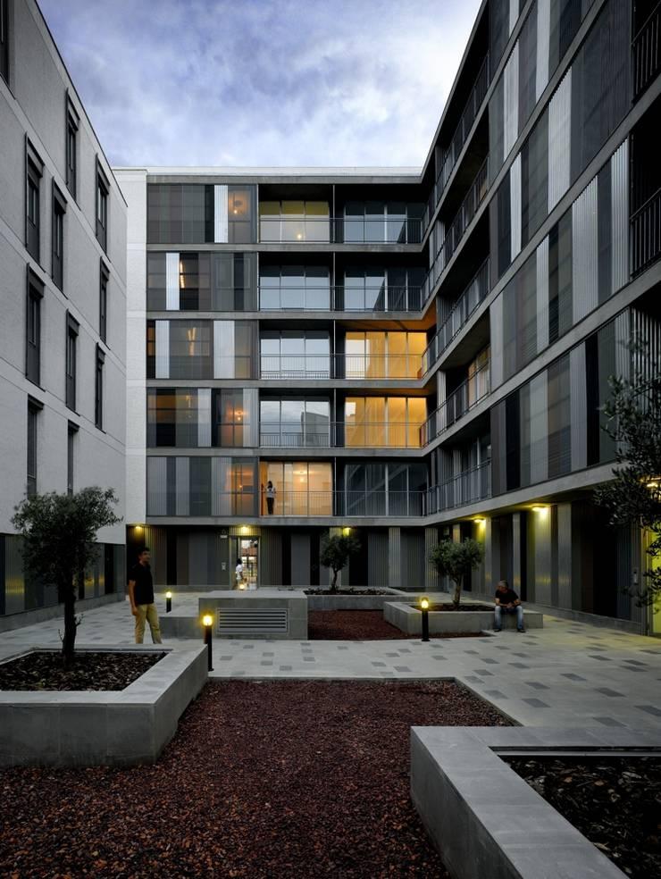 Interior patio manzana: Casas de estilo  de gabriel verd arquitectos