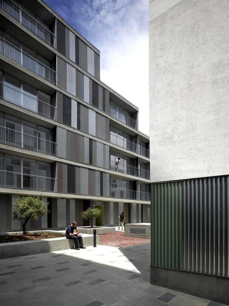 Acceso al patio: Casas de estilo  de gabriel verd arquitectos