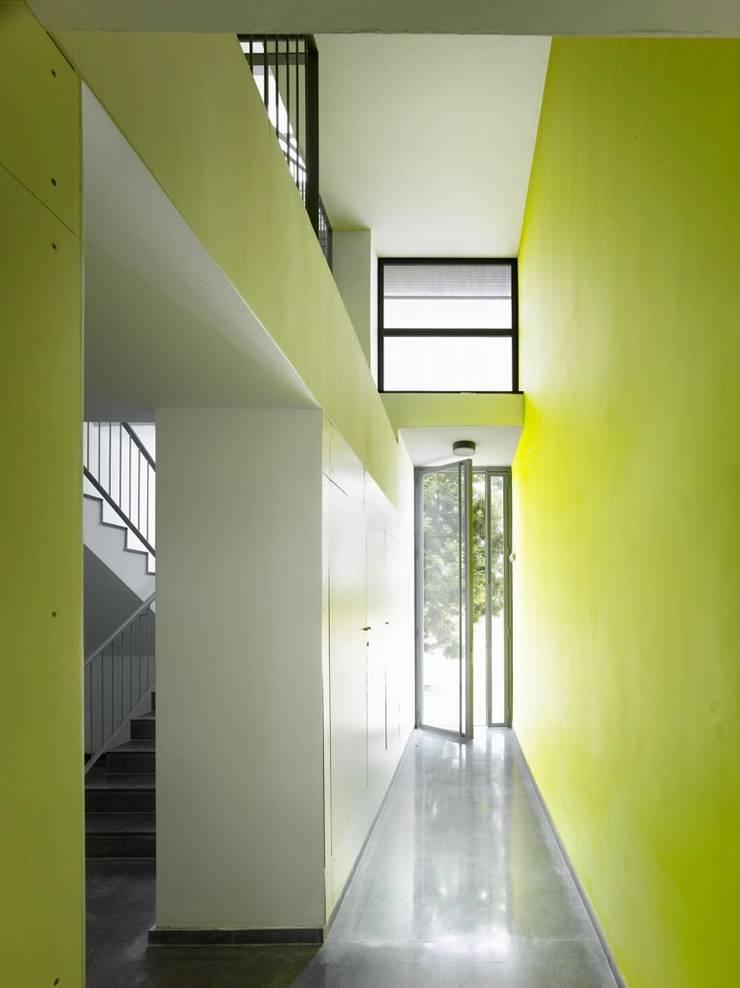 Vestíbulo de acceso: Casas de estilo  de gabriel verd arquitectos
