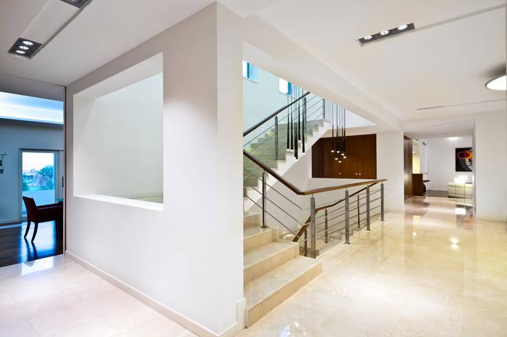 RESIDENCIA R: Pasillos y recibidores de estilo  por ARQUITECTURA EN PROCESO