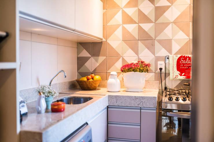 Ed. Colibri: Cozinhas  por Bloom Arquitetura e Design