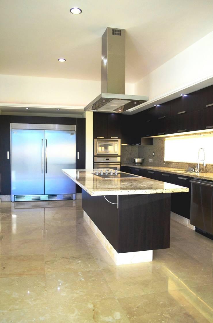 Casa Colomos: Cocinas de estilo  por Excelencia en Diseño