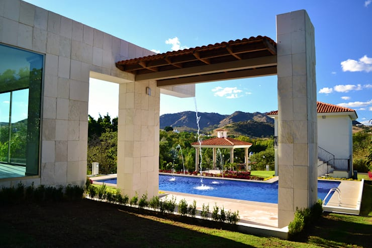Casa Colomos: Albercas de estilo  por Excelencia en Diseño